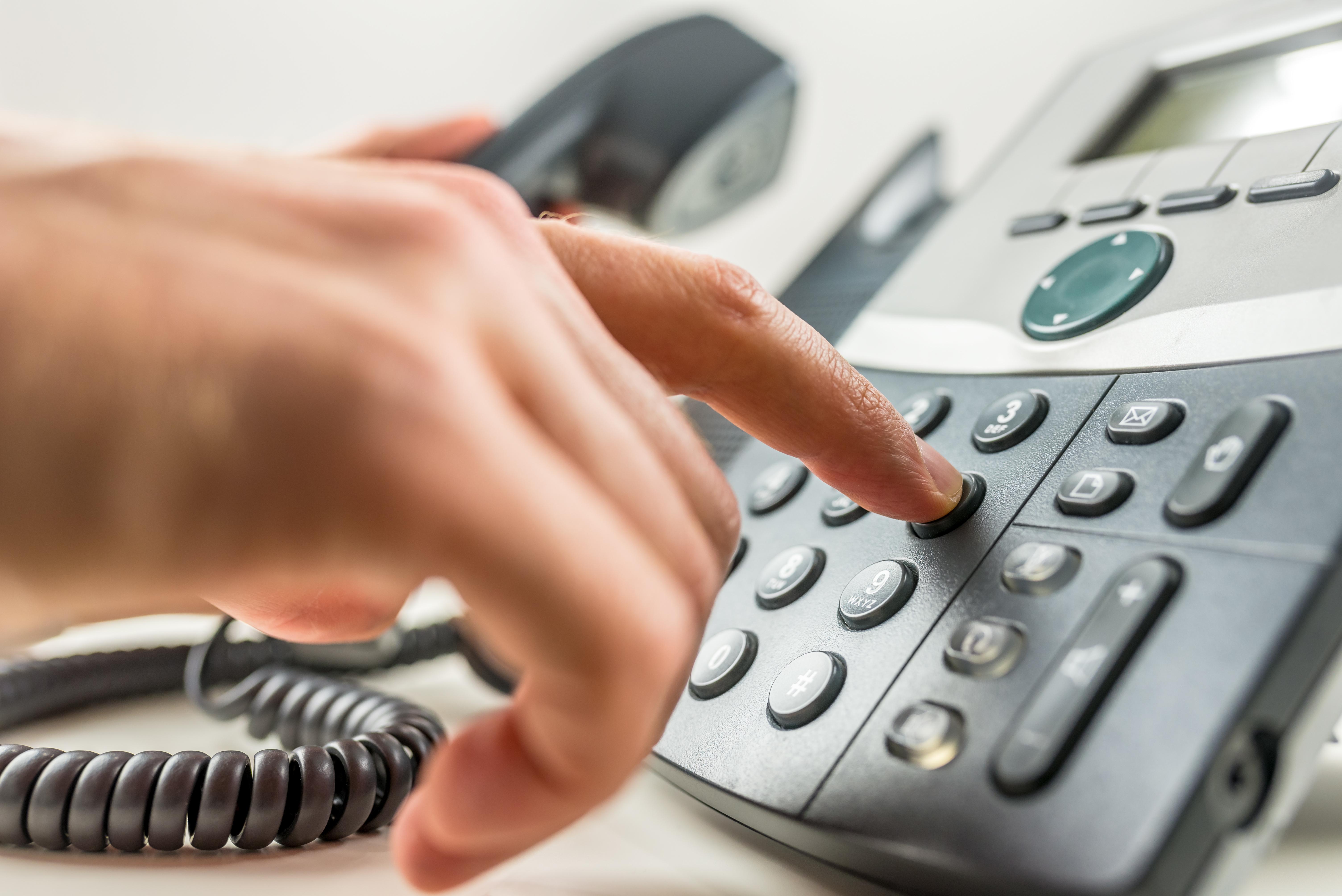 Hand tippt auf Telefon